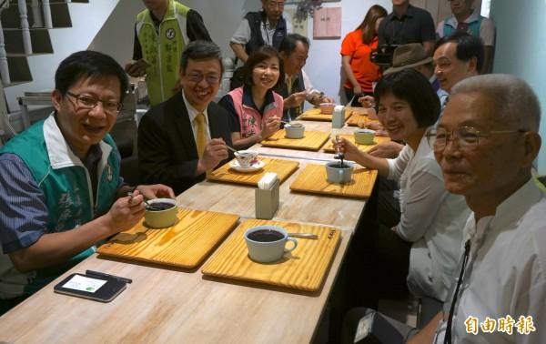 副總統陳建仁(左2)參訪時聽取簡報、與社區鄰里長討論。(記者蔡淑媛攝)