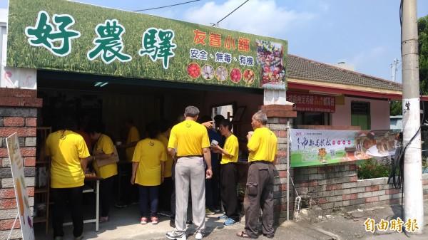 虎尾公所結合友善農業協會在好農驛設置庇護商店「友善小舖」。(記者廖淑玲攝)