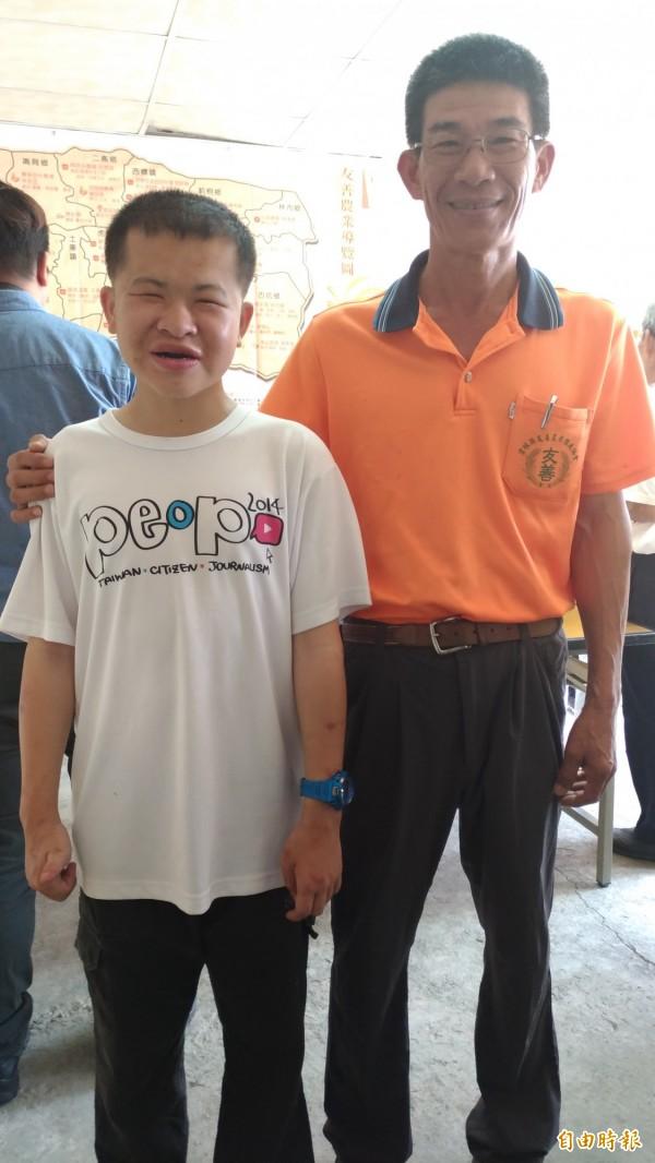 雲林縣友善農業協會理事長王瀚(右)協助「昌哥」(左)當店長。(記者廖淑玲攝)