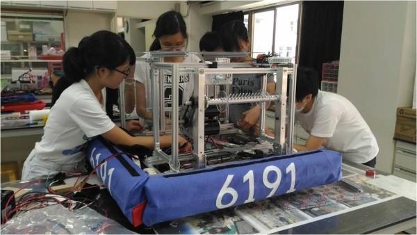 北一女中創機器人社,純手工打造機器人,學生從中學習完整解決問題的能力。(北一女中提供)