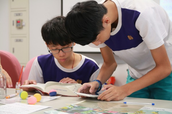 陽明高中推出「密室逃脫」的實境解謎,把學生關在教室,並丟出9個學科老師設計的難題,組隊學生需通力合作發揮專長,才能成功走出教室。(陽明高中提供)
