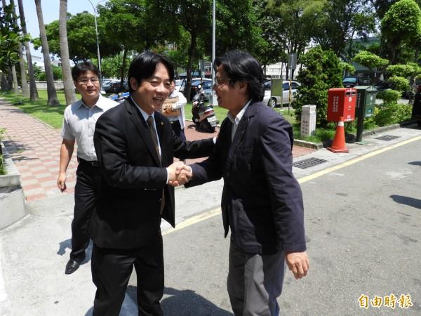 台南市長賴清德(左)在市府門口迎接內政部長葉俊榮(右)到訪。(記者洪瑞琴攝)
