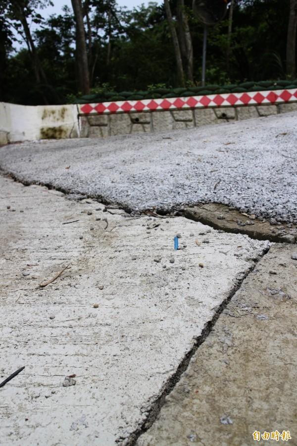 水保局表示,因受豪雨影響農路產生局部滑動,導致施工界面處裂開,將儘速修復。(記者黃美珠攝)