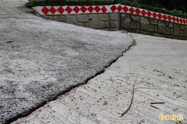 5公尺寬的轉彎處恰巧也是施工界面銜接處,所以整個下陷1到2公分不等。(記者黃美珠攝)
