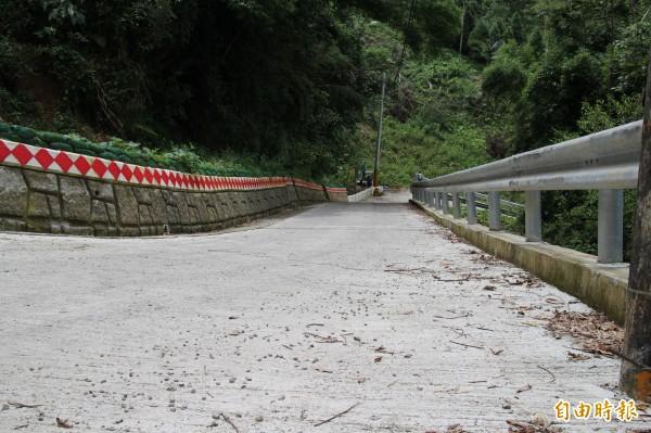 新竹縣關西鎮金山里15鄰農路陡而窄,平均路寬只有3.5公尺,圖前農路高處剛好就是地質鬆軟、容易局部滑動處。(記者黃美珠攝)
