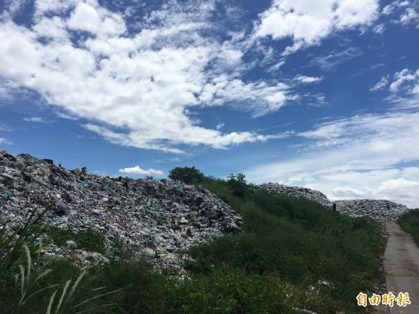 斗南垃圾已堆置約8000公噸,清潔隊多管齊下降低垃圾量。(記者黃淑莉攝)
