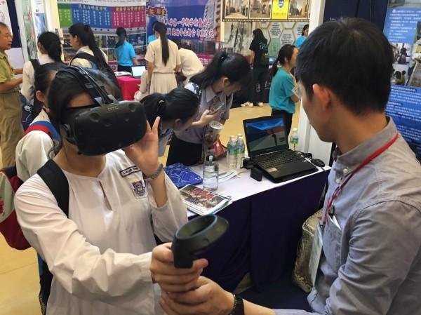 台南地區10所大學參加馬來西亞當地舉辦的「2017台灣高等教育展」,聯合成立「台南市系統」專區,並推出VR互動體驗。 (台南市政府提供)