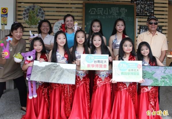 台南社大推廣親子肚皮舞課程,讓親子之間有更多的互動溝通。(記者蔡文居攝)