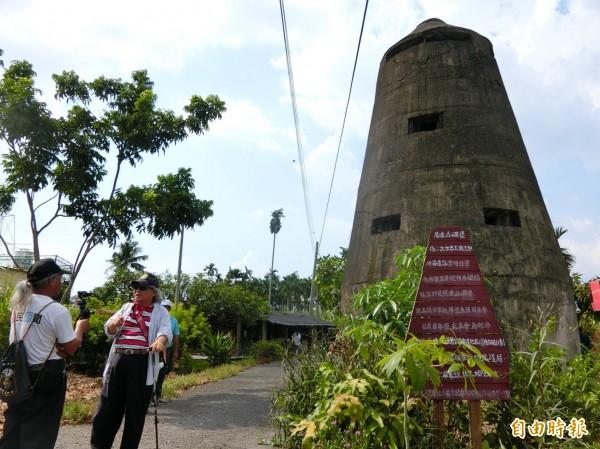 佳冬的碉堡王,高達3、4層樓。(記者陳彥廷攝)