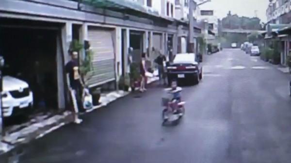 7歲陳姓男童昨晚6點多在民雄鄉福樂村陪家人倒垃圾,卻被資源回收車輾斃,回收車行車紀錄器畫面今天曝光。(記者曾迺強翻攝)