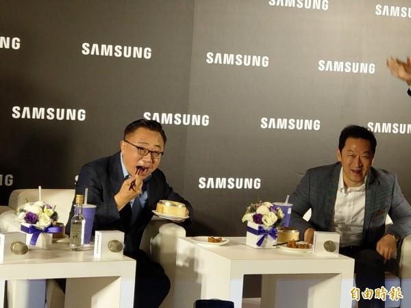首次來台的三星電子行動通訊事業部總裁高東真(DJ Koh)大啖台灣美食。(記者王憶紅攝)