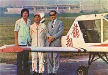 龍華科大創辦人孫法民(右)與應天華校友(左)合影,圖中飛機為當年應天華自行研製之「龍翔號」飛機。(龍華科大提供)