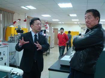 應天華(右)曾返母校龍華科大,並捐助成立「圓夢基金」。(龍華科大提供)