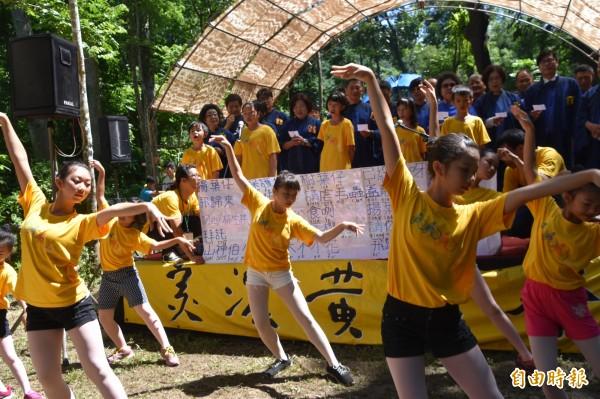 藍雨舞蹈團員展跳「揚葉仔飛歸來」舞蹈。(記者蘇福男攝)