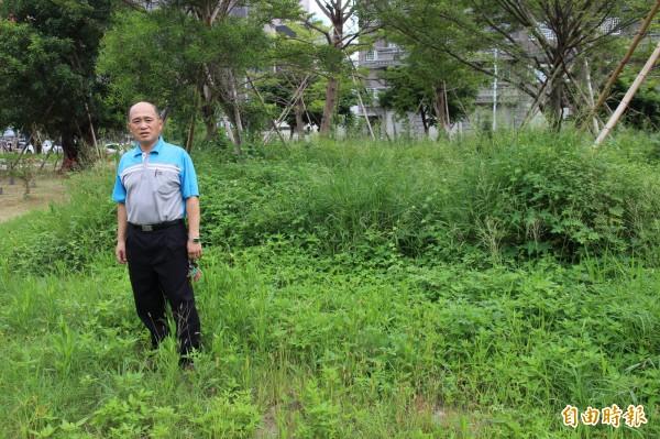 竹北鄉親田慶順說,新竹縣的公16公園欠缺管理,雜草叢生,有些地方就如他身後的角落,根本已是叢林,人們已經無法走入休憩,是全竹北最醜的公園。(記者黃美珠攝)