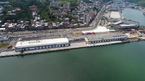 西二、三碼頭倉庫確定保留,將重新拉皮,預計明年底前作為旅客中心。(基隆市政府提供)