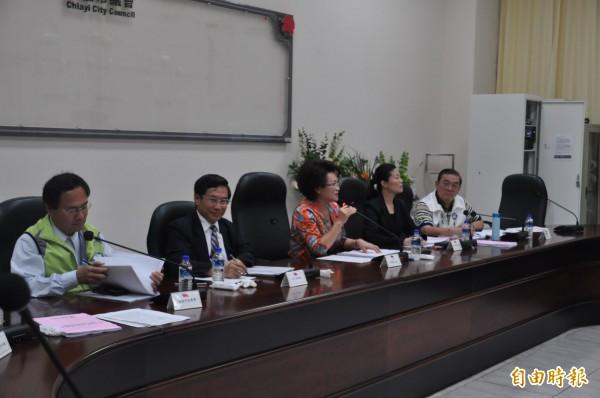 嘉義市長涂醒哲(左2)今下午赴市議會,與議長蕭淑麗(左3)等人開臨時會會前會,爆出衛生局長黃維民人事案外案。(記者王善嬿攝)