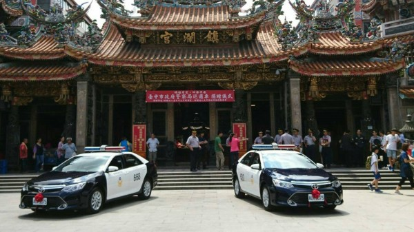 大甲鎮瀾宮今天捐贈兩輛巡邏車給台中市六分局。(記者許國楨翻攝)