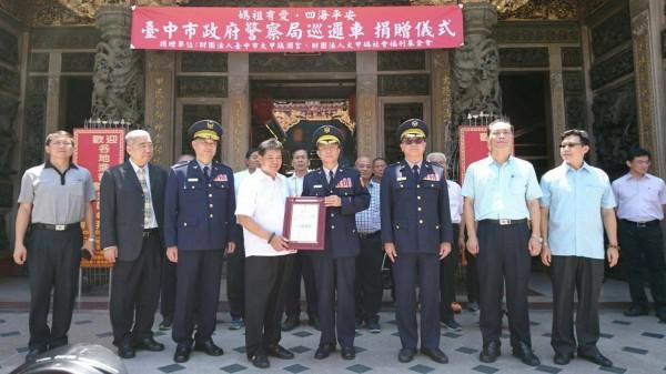 市警局長陳嘉昌代表接受並回贈感謝狀。(記者許國楨翻攝)