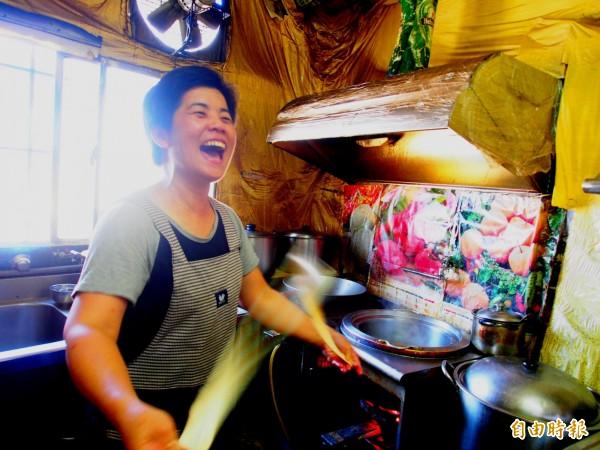 個性爽朗的黃美琴和客人聊開了,還會讓客人到廚房看他的拉麵技法。(記者王秀亭攝)