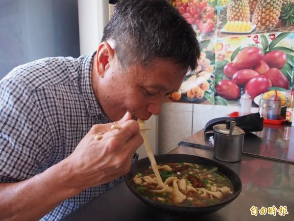 慕名前來的民眾才吃第一口就說「好懷念的拉麵口感」。(記者王秀亭攝)