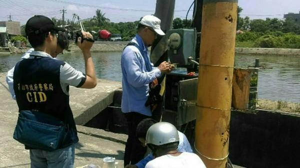 檢警查緝漁塭業者涉嫌竊電。(記者蔡清華翻攝)