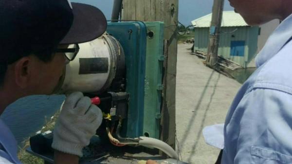 台電人員追查電表線路。(記者蔡清華翻攝)