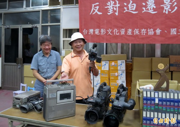 黎明幼兒園園長林金連(右)拿起過去使用的攝影器材,開心地回憶拍片往事。(記者張菁雅攝)