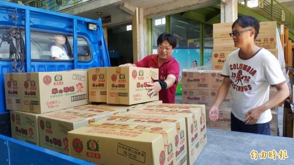 關山米乖乖熱銷到都是以箱在賣,一到關山立即有登記排隊的民眾開著車來載貨。(記者王秀亭攝)