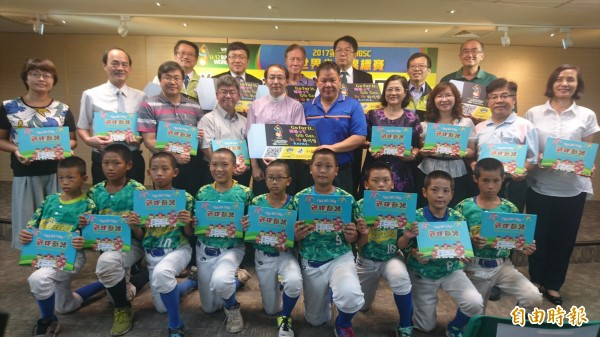 為世界盃少棒賽加油,台南市政府在富樂夢教金會贊助下,準備紀念款橡皮擦及雙語繪本,要送給參賽的各國隊伍。(記者劉婉君攝)