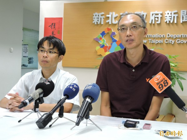 勞工局今天召開記者會,說明醫療院所專案檢查結果。左為勞檢處長胡華泰,右為勞工局長謝政達。(記者賴筱桐攝)