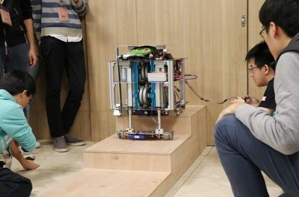 清華大學電機系、動機系、物理系學生合組機器人參加「國研盃智慧機械競賽」奪冠,並代表台灣到美國田納西州參加學生設計大賽(Student Design Competition),拿下美東區第4名成績。(清大提供)