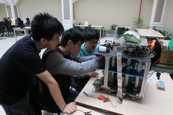 清大學生組成機器人團隊「從缺」,並赴美參加競賽,出征前團隊4人經常從晚上11點開始討論,埋頭苦幹到清晨6點吃過早餐才回宿舍。(清大提供)