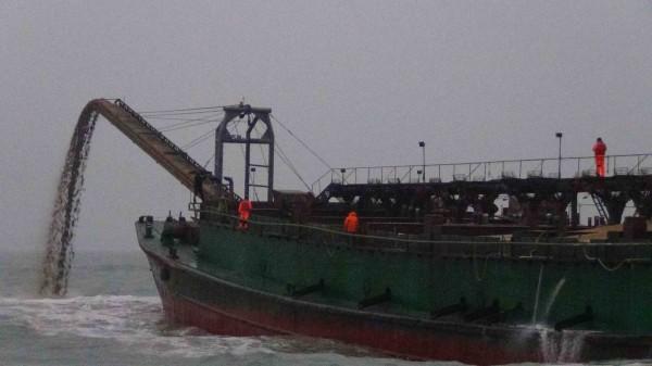 金門海隊一月查獲中國「遠泰99號」抽砂船,當場要求將船上五百立方公尺砂石「吐」回大海!(圖由金門海巡隊提供)