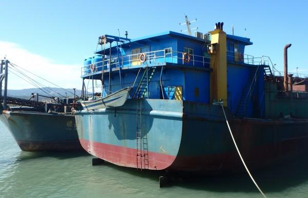 金門地檢署公告拍賣的中國「遠泰99號」抽砂船(右)。(圖由金門地檢署提供)