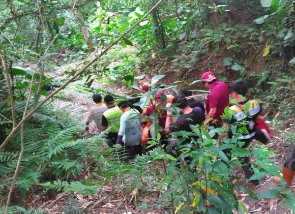 新竹縣許姓老翁山區採筍失蹤,地方懷疑是「被魔神仔牽去」,出動近100人次搜山搶救。(圖由當地民眾提供)
