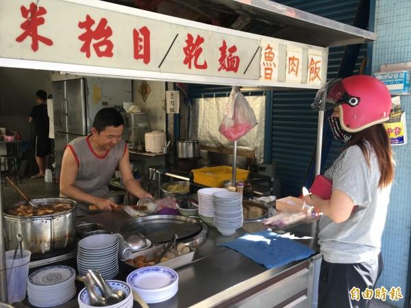 位在林內中正路菜市場口的古早味小吃店,開店66年沒有招牌。(記者黃淑莉攝)