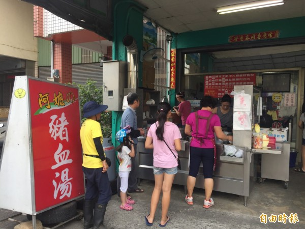 后里「阿嬤的豬血湯」,中午時常吸引許多民眾前往排隊購買外帶,內用的也不少。(記者歐素美攝)