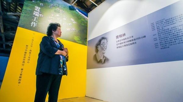 齊柏林攝影展今在高雄駁二舉行,高雄市長陳菊看著老友的記事、感觸良多。(翻攝臉書)