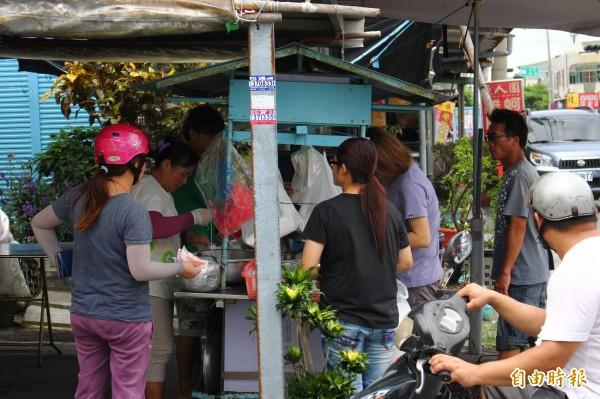 第三代古早味冰店前常有不少客人駐足。(記者林宜樟攝)