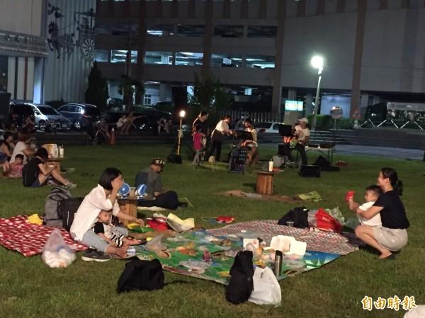 斗六市夏夜晚風系列活動開跑,市民在草皮上夜野餐。(記者詹士弘攝)