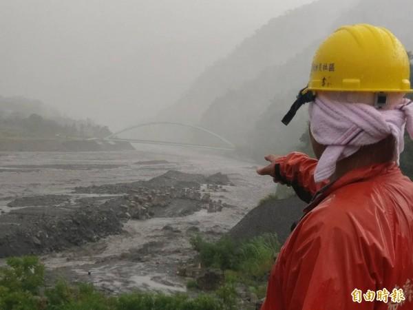 嘉蘭村民隨時監控太麻里溪的水位狀況。(記者王秀亭攝)