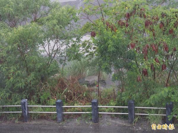 嘉蘭村民在太麻里溪旁設置警示燈,只要水位超過警示燈,下部落居民就須預防性撤離。(記者王秀亭攝)