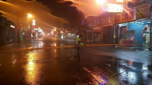 東港中正路淹水,警方正拉起封鎖線管制交通。(記者葉永騫翻攝)