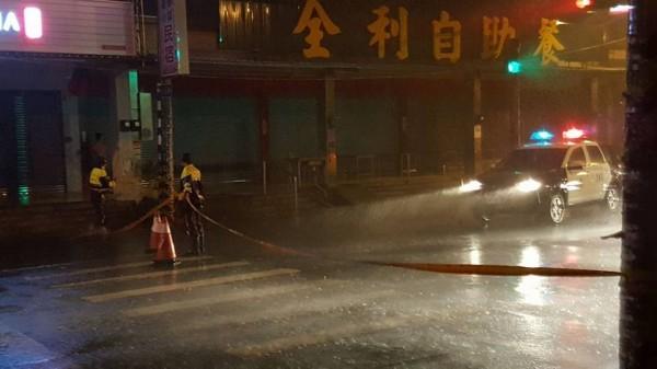 警方在風雨中拉起封鎖線。(記者葉永騫翻攝)