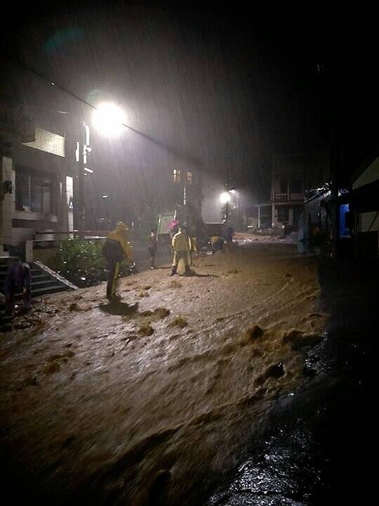 獅子鄉伊屯社區唯一的道路,一個下午豪雨成為河川。(記者蔡宗憲翻攝)