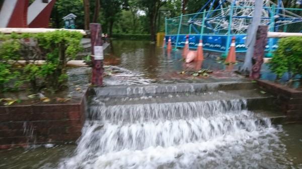 清林公園的水如小型瀑布一般溢流到林邊市區(圖:永樂村長蔡玉心提供)