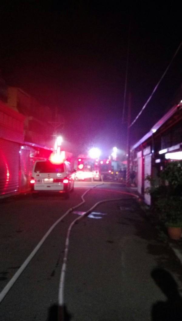 消防人員及警方搶救。(記者廖淑玲翻攝)