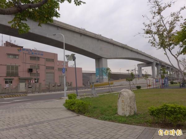 機場捷運線A2a站預定站體位置近二重抽水站,將設在8號越堤道上方;出入口設在二重抽水站對面的二重公園用地。(記者李雅雯攝)