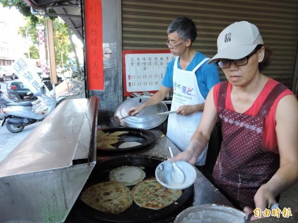 吳昌明(左)早起提供美味早點,讓上班族充滿活力。(記者張存薇攝)